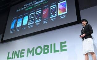 スマートフォン事業の概要を発表するLINEモバイルの嘉戸彩乃社長(5日午後、東京都渋谷区)