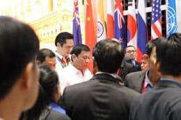 うつむきながら、シンガポールとの首脳会議のため会場入りするフィリピンのドゥテルテ大統領