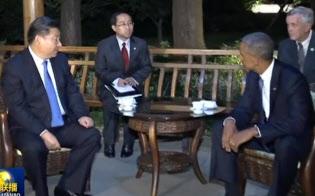 西湖のほとりで龍井茶を飲む習近平国家主席とオバマ大統領(中国国営テレビの映像から)