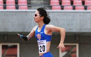 陸上女子400メートルで力走する辻沙絵。パラアスリートには人間のすごさを感じる