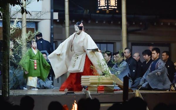生国魂神社の境内にしつらえた舞台で開催された大阪薪能(8月11日、大阪市天王寺区)