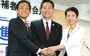 立候補の記者会見を終え、手を取り合う(右から)蓮舫、前原、玉木の各氏(2日、民進党本部)