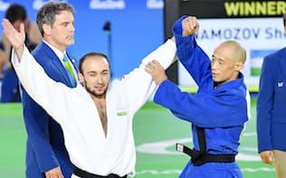 男子60キロ級決勝 優勝したウズベキスタン選手(左)をたたえる広瀬誠(リオデジャネイロ)=共同