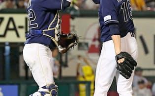 来季も見据える中、伊藤(左)は本職の捕手でなく一塁を守る機会も出てきた