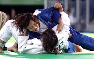 柔道女子57キロ級3位決定戦でスペイン選手を抑え込む広瀬順子=寺沢将幸撮影