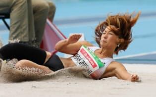 陸上女子走り幅跳び中西の跳躍=寺沢将幸撮影