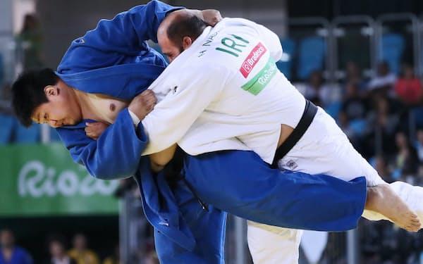 柔道男子100キロ超級の3位決定戦で、払い腰の一本勝ちでイラン選手を下した正木=寺沢将幸撮影