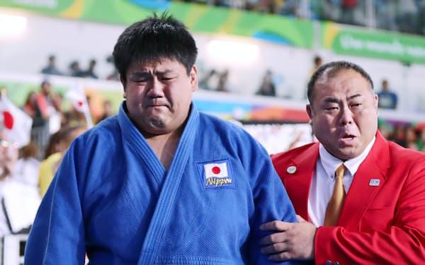 柔道男子100キロ超級の3位決定戦でイラン選手を一本勝ちで下し、涙ぐみながら会場を出る正木(左)=寺沢将幸撮影