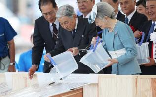 天皇陛下の公務は幅広い(全国豊かな海づくり大会におけるヒラメの稚魚の放流、9月11日、山形県鶴岡市)