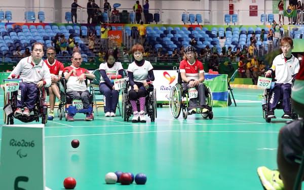 ボッチャのチーム準決勝ポルトガル戦で投球する広瀬(左端)=寺沢将幸撮影