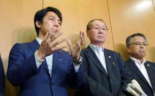 JAグループ幹部との会合後、記者団の取材に応じる自民党の小泉進次郎農林部会長(左、9月5日、東京都千代田区)=共同