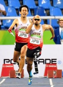 男子400メートルリレーの日本は大会直前のリレー順変更が奏功した=共同