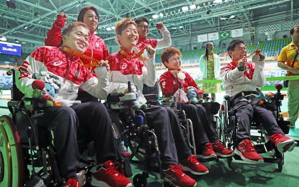 ボッチャ・チーム(脳性まひ)で銀メダルを獲得し喜ぶ日本チーム=寺沢将幸撮影