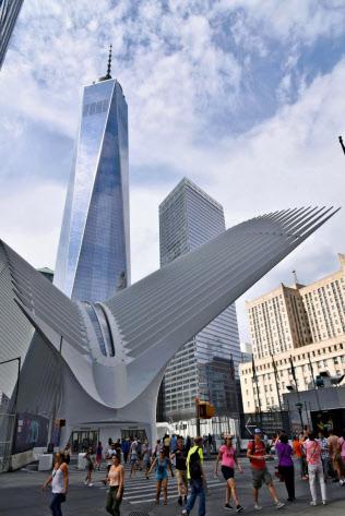 高層ビルや商業施設などの建設が進み、観光客らでにぎわう米ニューヨークの世界貿易センタービル跡地周辺(8月)=共同
