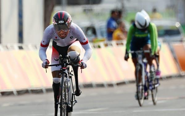 自転車男子個人ロードタイムトライアルで力走する藤田(左)。3大会連続5つ目のメダルを獲得=寺沢将幸撮影