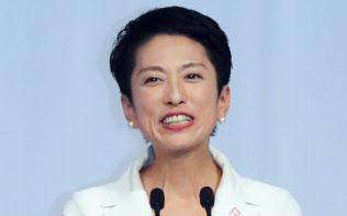 民進党の新代表に決まりあいさつする蓮舫氏(15日午後、東京都港区)