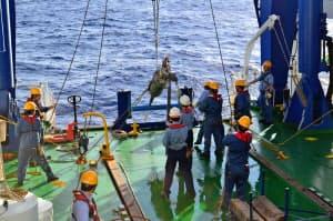 南鳥島沖の海底からレアアース泥を引き揚げる