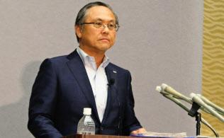 記者会見する国部全銀協会長(15日午後、東京都千代田区)