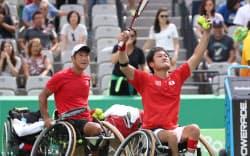車いすテニス男子ダブルス3位決定戦で三木・真田組に勝った国枝・斎田組=寺沢将幸撮影
