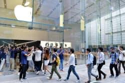 「iPhone7」が発売され、アップルストア表参道に入る人たち(16日午前、東京都渋谷区)