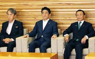 閣議に臨む(左から)石原経済再生相、安倍首相、麻生財務相(16日午前、首相官邸)