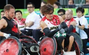 車いすラグビーの3位決定戦でカナダ選手と競り合う池崎(右)=寺沢将幸撮影