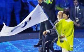 閉会式でパラリンピック旗を受け取る小池東京都知事=寺沢将幸撮影