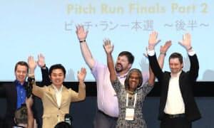 ピッチ・ラン本選を終え、記念写真に納まる受賞者(21日午後、東京・丸の内)