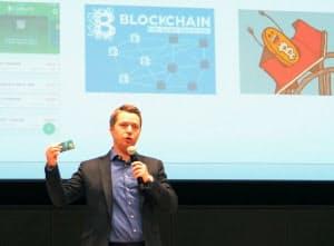 ビットコインからドルなどの通貨へ簡単に変換できるサービス「Wirex」を説明する英ワイレックスの創業者のパーベル・マットヴィーブ氏