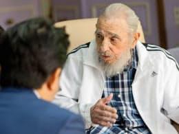 キューバの首都ハバナで安倍首相(左)と会談するフィデル・カストロ前国家評議会議長(22日)=Alex Castro氏提供・共同