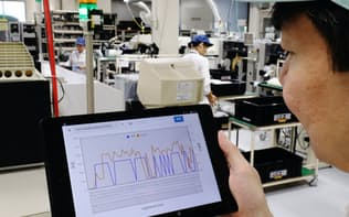 生産ライン上の表示灯に取り付けたセンサーで振動や温度などを計測し、ビッグデータで製造管理に活用する(兵庫県明石市の旭光電機明石工場)