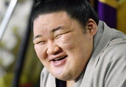 大相撲秋場所での全勝優勝から一夜明け、笑顔で記者会見する大関豪栄道(26日、東京都足立区の境川部屋)=共同