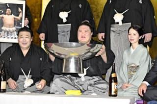 大相撲秋場所で初優勝し、笑顔の豪栄道(中)と境川親方(左)=25日、東京都足立区の境川部屋