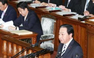 衆院本会議で代表質問する民進党の野田幹事長(27日午後、衆院本会議)