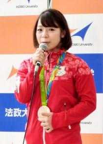 報告会であいさつするリオ五輪重量挙げ女子銅メダリストの三宅宏実(27日、東京都千代田区)=共同