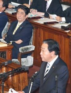 民進党の野田幹事長(手前)の代表質問を聞く安倍首相(27日午後、衆院本会議)