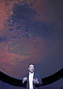火星開拓計画を発表するスペースXのイーロン・マスクCEO(27日、グアダラハラ)=ロイター