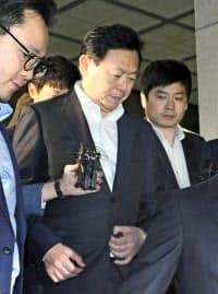 報道陣に囲まれながら検察庁舎を後にするロッテグループの重光昭夫会長(9月、ソウル)=共同