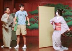 お座敷遊びを体験する外国人留学生(大阪市中央区の山本能楽堂)