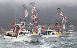 宗像大社のみあれ祭でご神体を乗せ海上をパレードする「御座船」=右(1日、福岡県宗像市)=塩山賢撮影