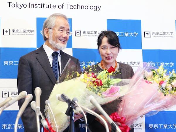 花束を手に笑顔を見せる東工大の大隅良典栄誉教授(左)と妻、萬里子さん(4日午前、横浜市緑区)