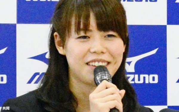 引退表明の記者会見で笑顔を見せる競泳女子の星奈津美(4日、東京都内)=共同