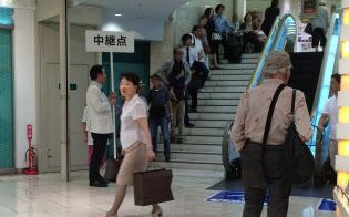 三越日本橋本店(東京・中央)ではおせち受け付け初日に多くの人が並んだ