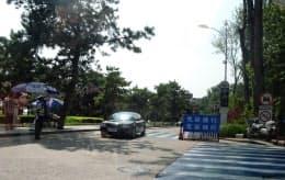 共産党指導者が使う施設への道路。一般車は通行できず、周囲には多数の私服警官がいる