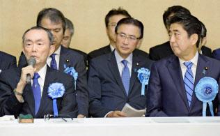 集会に出席した平沼赳夫氏(左)(9月17日、東京・千代田)=共同