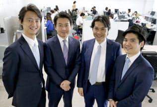 日本法人のYCPジャパン(東京・港)のオフィスで並ぶ、グループCEOの石田裕樹氏(左から2人目)と幹部ら