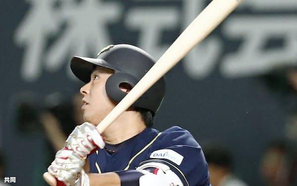9月13日の日本ハム戦で園部は中越えに二塁打を放つ=共同
