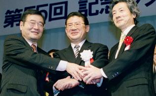 2000年12月、都内のパーティーで握手する(左から)加藤紘一氏、山崎拓氏、小泉純一郎氏=共同