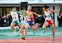 少年男子A100メートル決勝 10秒49で優勝した京都・宮本大輔=右から2人目(7日、北上総合運動公園陸上競技場)=共同