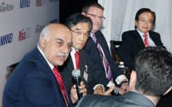 日経Asia300グローバル・ビジネス・フォーラムで、「ASEAN、グローバル経営拠点への条件」をテーマに討論するサンバルダナ・マザーソン・グループのビベク・チャーンド・セーガル会長(左)ら(7日、バンコク)